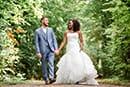 Les mariés main dans la main lors de la séance couple
