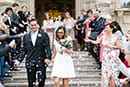les mariés à la sortie de la mairie sous les cotillons